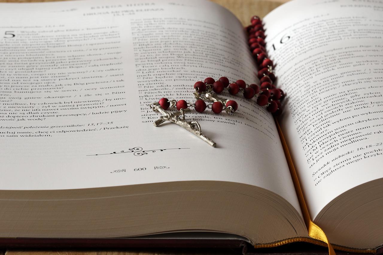 biblia z różańcem
